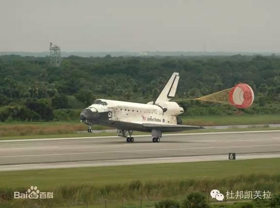 1981年4月12日,美国航天飞机哥伦比亚号在佛罗里达州肯尼迪航天中心发射升空。当时,只见哥伦比亚号尾部发出一道熊熊的火焰,冒出灰白色的烟云,接着它就凌空而起,长长的白烟一直向天空伸展。由此,美国成功发射了世界上第一艘航天飞机。  (图片来自网易新闻) 航天飞机发射时壮丽的画面和宇航员们在太空中的精彩表现是载人航天最动人的情节,但在完成一系列的太空工作之后,宇航员们总是要返回地面的。2003年美国哥伦比亚号在返航着陆前16分钟悲剧性地空中解体,说明航天飞机的返程是一个更富挑战的过程。 航天飞