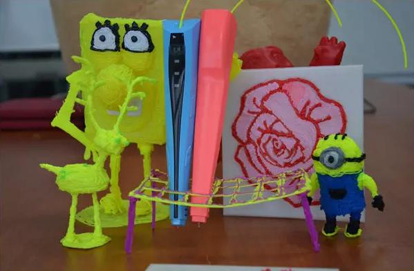 这才叫涂鸦 很多人都玩过《秘密花园》  但是你们知道吗? 在绘画界还有更好玩的哦~ 现实版神笔马良 啥叫3D打印笔 下面我们把它解剖了,看看到底啥是3D打印笔: 挤料模块(跟挤奶差不多)+加热模块+喷嘴+控制电路板+外壳 就是这么简单。  进化史 记得2013年,南极熊申请了中国第一个关于3D打印笔的专利。 然后自己画设计图、画电路板,再加上3D打印机,南极熊做出了这样的3D打印笔原型。 估计很多朋友看了这幅图都在想,这究竟是什么鬼玩意? 想想人类进化史,可能就会有所感悟  2014年 人类依然在不